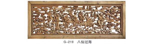挂屏是贴在有框的木板上或镶嵌在镜框里供悬挂用的。一般成对或成套使用,四扇一组称四扇屏。 木雕挂屏,实木镂空雕刻,神态生动的葫芦、藤、叶围绕屏心人物花草的图案,描金的手法使整个挂屏更加突出了层次感,挂屏寓意反应了人们对美好生活的向往。